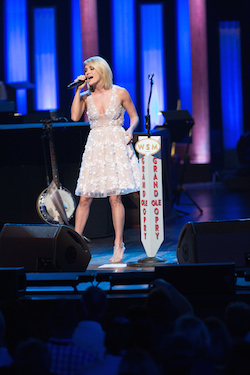 Carrie Underwood Captivates Sold-Out 360-Degree Crowd of Over 16,000 Fans in Chicago